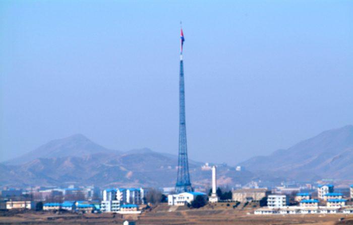 """¿Cómo es el """"Pueblo de la Paz""""? La extraña """"ciudad fantasma"""" norcoreana frente a Corea del Sur"""
