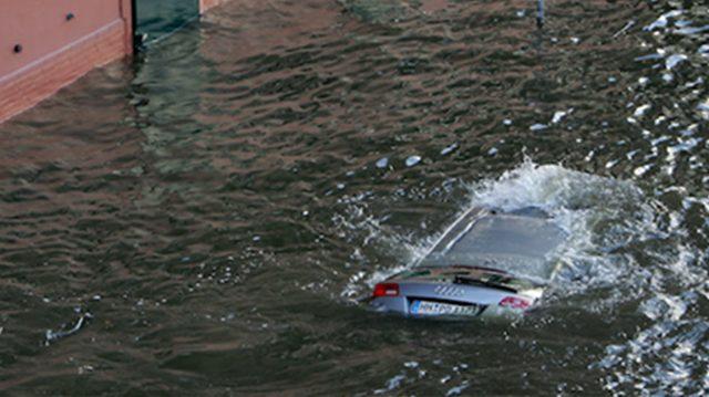 Si estás atrapado en un automóvil que se está hundiendo, solo tienes 30 segundos para hacer esto