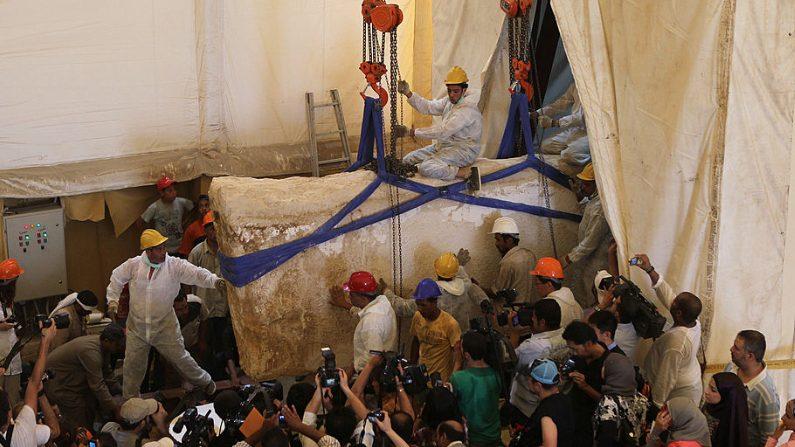 """Trabajadores egipcios sacan una roca del lugar de entierro del segundo """"Barco del Sol"""" para el Rey Khufu, que era el segundo faraón de la Cuarta Dinastía del antiguo reino del antiguo Egipto, durante el anuncio de un proyecto que desenterrará el barco en colaboración con una misión arqueológica japonesa en el área de las Grandes Pirámides en las afueras de El Cairo el 23 de junio de 2011. Crédito: KHALED DESOUKI/AFP/Getty Images)"""