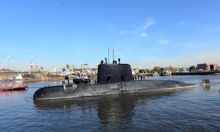 El submarino militar argentino ARA San Juan y su tripulación saliendo del puerto de Buenos Aires, Argentina, el 2 de junio de 2014.