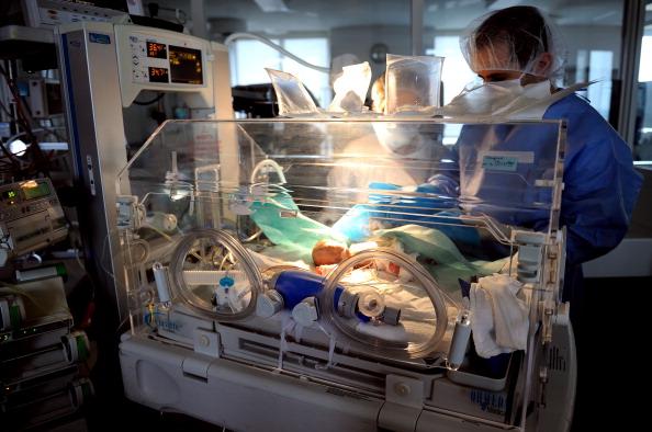 Los médicos no pudieron rehusarse a la petición de una madre para salvar la vida de su bebé. (Crédito: PHILIPPE HUGUEN/AFP/Getty Images)