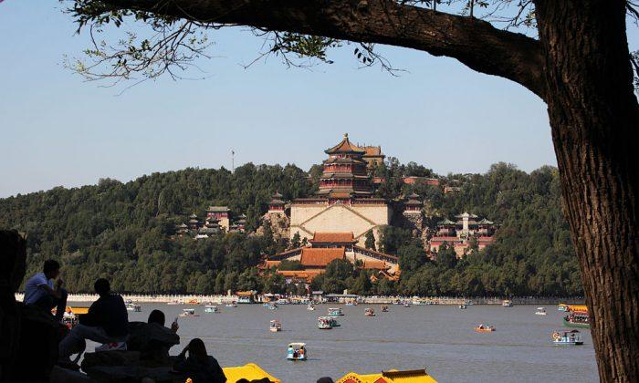 """Turistas visitan el Palacio de Verano en Beijing el 3 de octubre de 2015. El Palacio anunció recientemente un plan para establecer una """"Oficina de Representación del Partido"""".  (VCG/VCG/Getty Images)"""
