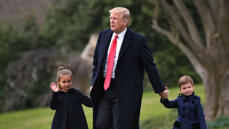 El presidente estadounidense Donald Trump se abre camino para abordar el Marine One con sus nietos Arabella Kushner (Izq) y Joseph Kushner en Washington, D. C., el 3 de marzo de 2017. (MANDEL NGAN/AFP/Getty Images)