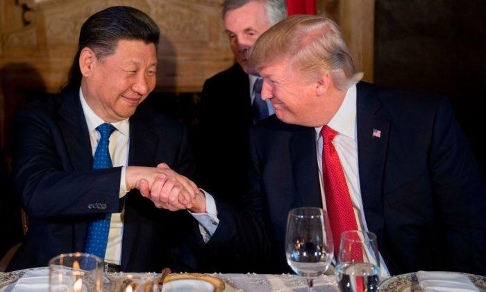 El presidente estadounidense Donald Trump (Der.) y el mandatario chino Xi Jinping se dan la mano durante una cena en Mar-a-Lago, West Palm Beach, Florida, Estados Unidos, el 6 de abril de 2017. (Jim Watson/AFP/Getty Images)