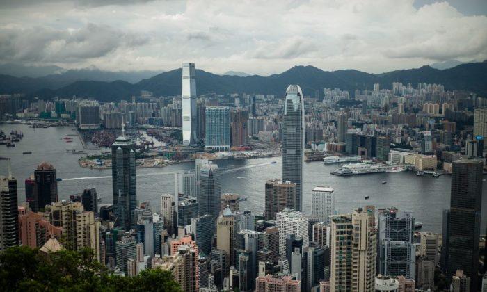 Victoria Harbour y al horizonte el distrito Kowloon (al fondo) y la isla de Hong Kong (primer plano) el 3 julio de 2017. (ANTHONY WALLACE/AFP/Getty Images)
