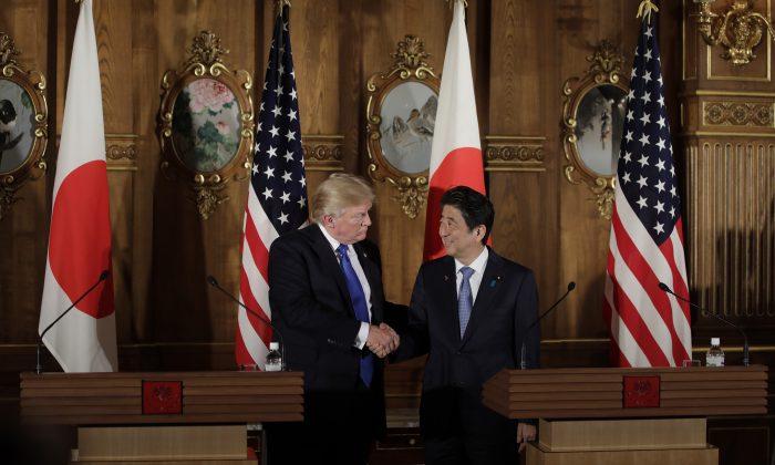 El presidente Donald Trump estrecha la mano al primer ministro japonés Shinzo Abe (Der.) durante una conferencia de prensa en el Palacio Akasaka en Tokio el 6 de noviembre de 2017. (KIYOSHI OTA/AFP/Getty Images)