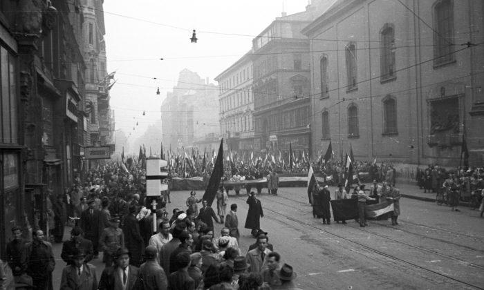 La gente marcha en las calles de Budapest durante el levantamiento húngaro contra el comunismo en 1956. (FOTO: FORTEPAN / Nagy Gyula a través de Wikimedia Commons)