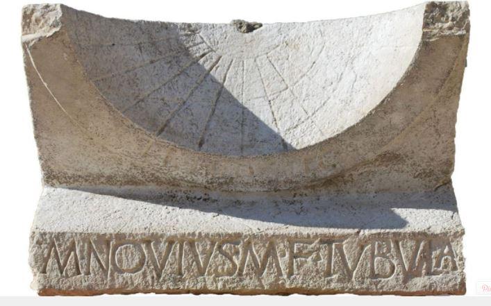 Descubren reloj solar intacto de 2000 años de antiguedad
