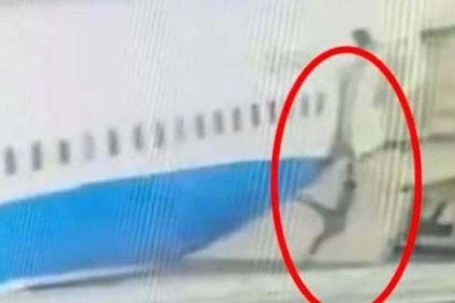 Video: Azafata cae por la puerta trasera de un avión en un aeropuerto en China