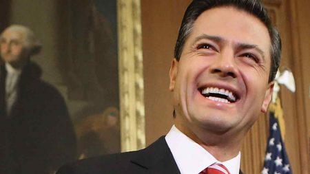 Fotografían a Peña Nieto y a su novia usando pelucas en Nueva York y los memes invaden las redes