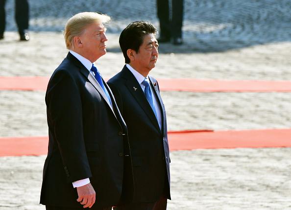 Donald Trump y el Primer Ministro Japonés. Foto: The Asahi Shimbun via Getty Images.