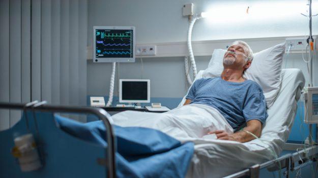 Dijeron que no viviría y lo desconectaron del soporte vital, luego despierta sorprendiendo a todos