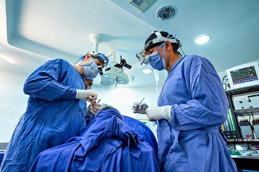 Los médicos retirarán un tumor facial de 5 kg que amenaza con romperle el cuello del niño cubano