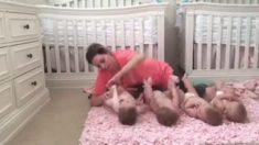 Papá filma a mamá cambiando a sus cuatrillizas y se vuelve viral
