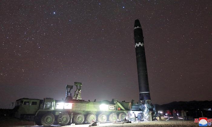 Esta foto hecha el 29 de noviembre y publicada el 30 de noviembre por la Agencia Central de Noticias de Corea del Norte (KCNA) muestra el misil Hwansong-15 que tiene la capacidad de alcanzar todos los rincones de EE.UU.(KCNA vía KNS / AFP / Getty Imágenes)