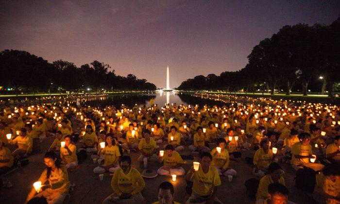 Practicantes de Falun Dafa hacen una vigilia a la luz de las velas por aquellos que murieron durante la persecución en China, Washington DC, 14 de julio de 2016. Este año se cumplieron 18 años desde que comenzó la persecución  dentro de China. (Benjamin Chasteeen/La Gran Época)