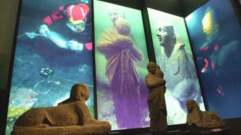 Imagen ilustrativa. Estatuas del período Ptolémico (331-30 a.C) que se encontraron bajo el agua en el mar Mediterráneo frente a la costa de Alejandría en el Museo Nacional del puerto del norte de Egipto. (Crédito: AHMAD HUSSEIN/AFP/Getty Images)