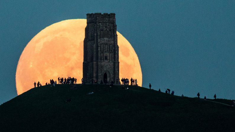 Súper Luna observada el 27 de septiembre de 2015. Una grandiosa Luna llena se levanta detrás de la Torre Glastonburyen de Inglaterra. Matt Cardy/Getty Images)