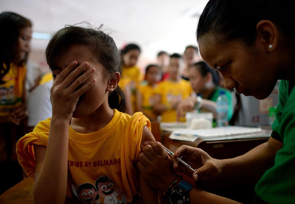 """Vacuna contra el dengue: Filipinas se prepara para """"el peor escenario"""" por efectos adversos en más de 700.000 chicos"""