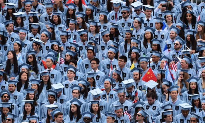 Estudiantes de la Ceremonia de Graduación de 2016 de la Universidad de Columbia, Nueva York, 18 de mayo de 2016. (TIMOTHY A. CLARY/AFP/Getty Images)