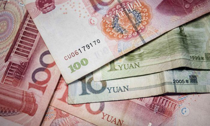 Billetes de 100 yuanes chinos, 10 yuanes chinos y un yuan chino, ilustración tomada en Beijing, el 29 de septiembre de 2016. (Fred Dufour/AFP/Getty Images)