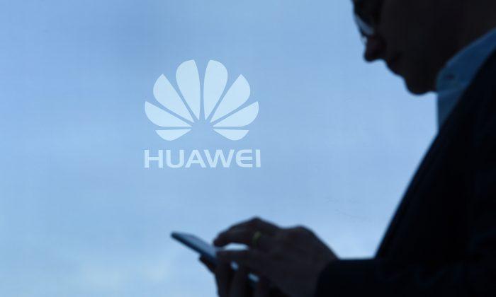 Un hombre utiliza su teléfono móvil en el puesto de Huawei durante el Congreso Mundial de Móviles, el 28 de febrero de 2017 en Barcelona, España. (Lluis Gene/AFP/Getty Images)
