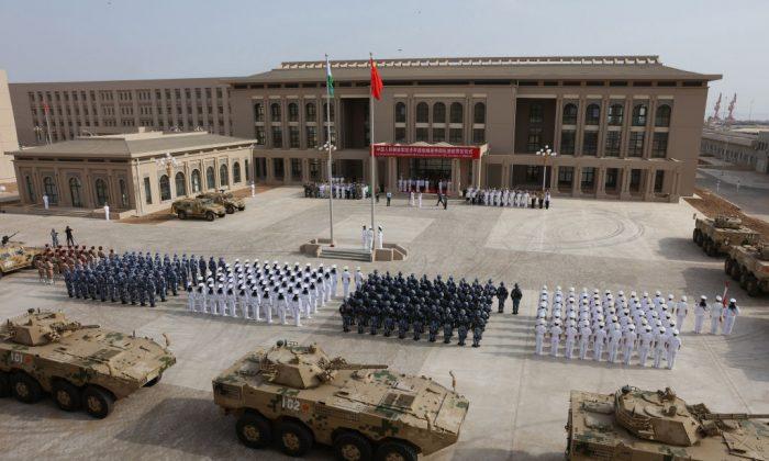 El Ejército Popular de Liberación del Régimen Chino celebra una ceremonia de apertura de la nueva base militar china en Djibouti (África) el 1 de agosto de 2017. (STR/AFP/Getty Images)