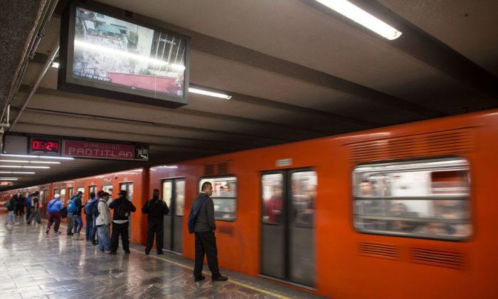 Un hombre que parecía estar durmiendo fue encontrado muerto en un metro en la Ciudad de México el 30 de noviembre de 2017. (GUILLERMO ARIAS/AFP/Getty Images)