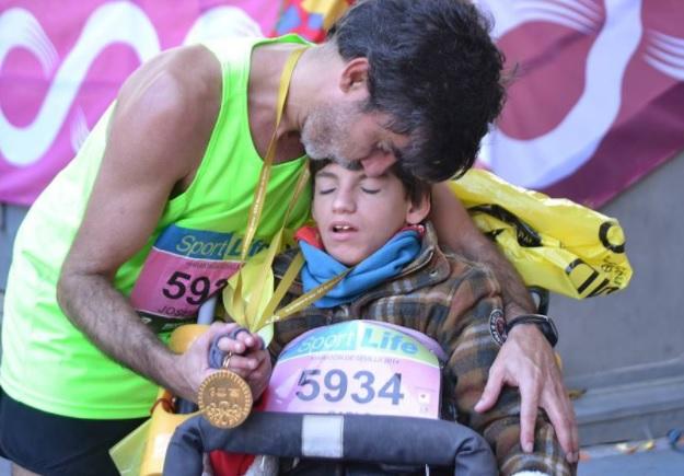 Nada detiene a este padre de España para correr maratones con su hijo en silla de ruedas