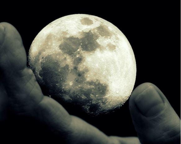 Un chileno fue el primer dueño de la Luna y esto hizo con ella