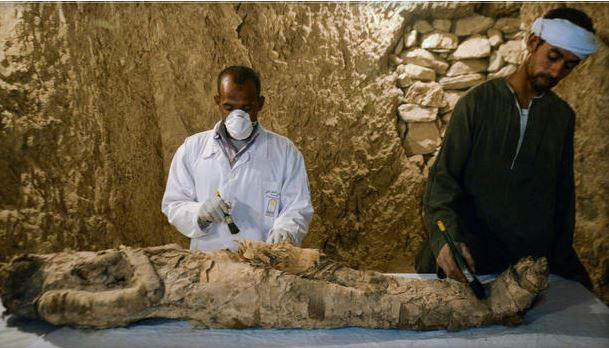 Egipto: Descubren dos tumbas y una momia de 3500 años de edad (Vídeo)