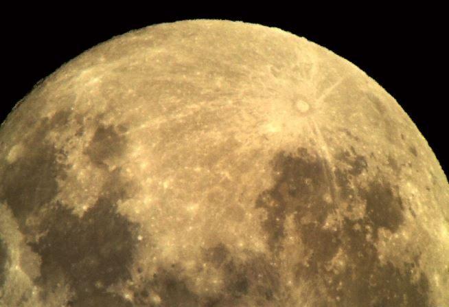 La Luna es el destino obligado para los futuros viajes interespaciales. Aquí luce desde Mamalluca, Observatorio Vicuña de Chile, (Space Weather Gallery)