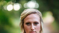 Queda devastada cuando su novio muere en cumplimiento del deber, pero la fecha de la boda se acercaba