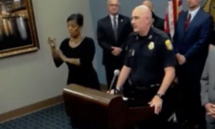 'Falso' intérprete de lenguaje de señas transmite tonterías en conferencia de prensa