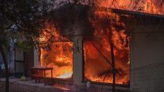 """Entró en pánico al ver que su casa ardía en llamas, pero ¿quién ayudó? """"Es mi pequeño héroe"""""""