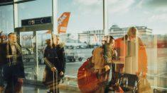 Hombre con sentido del humor avergüenza a mujer racista en el aeropuerto, y la gente lo aplaude