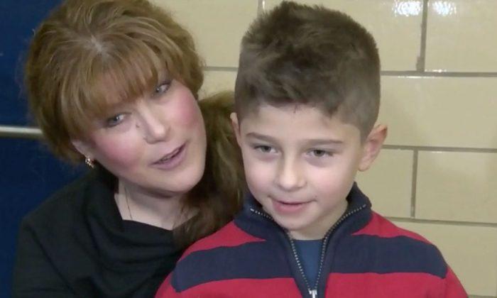La madre de un ni o de 6 a os se desmaya l llama al 911 y luego hace que tome un poco de jugo - Nino 6 anos se hace pis ...
