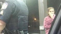 Mujer varada en gasolinera llamó a un policía, ella sacó una foto para compartir lo que él hizo