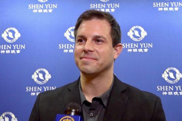 Músico Inspirado por la Orquesta de Shen Yun