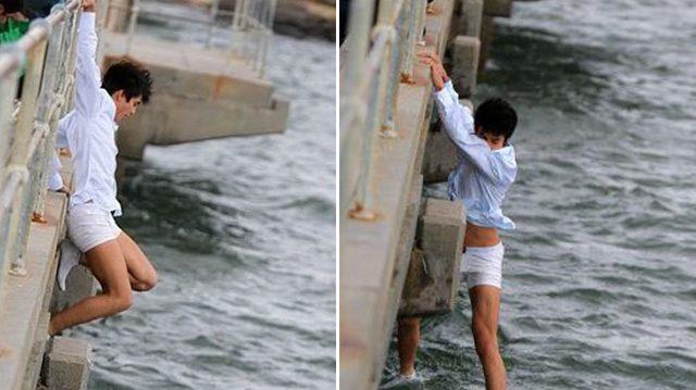 A punto de esparcir las cenizas de la abuela en el muelle, ve movimiento en el agua y salta