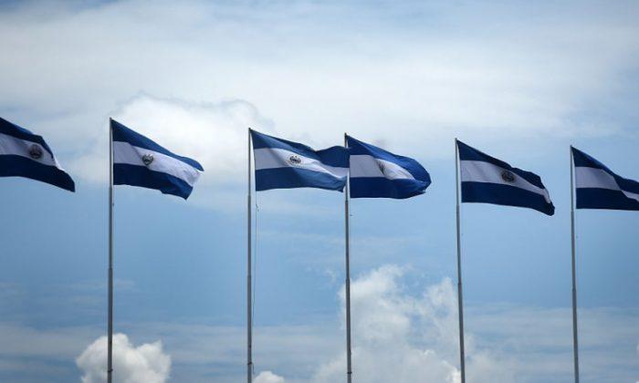 Banderas nacionales salvadoreñas izadas para la conmemoración del 194 ° aniversario de la independencia centroamericana, en San Salvador, el 15 de septiembre de 2015. (RECINOS / AFP / Getty Images)