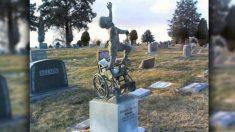 Papá crea una obra de arte sobre la lápida de su hijo discapacitado que falleció mientras dormía