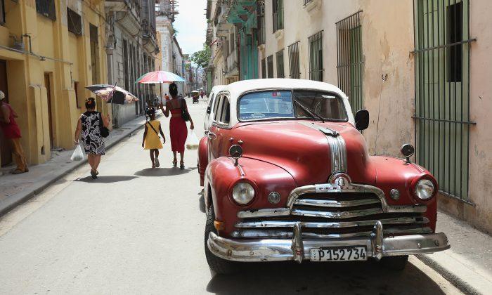 Un antiguo automóvil de fabricación estadounidense está estacionado en el casco antiguo de la ciudad en La Habana, Cuba, el 14 de agosto de 2015. (Chip Somodevilla/Getty Images)