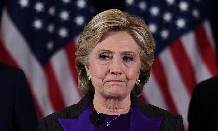 La candidata presidencial demócrata Hillary Clinton pronuncia un discurso tras ser derrotada por el presidente electo republicano Donald Trump en Nueva York el 9 de noviembre de 2016. (JEWEL SAMAD/AFP/Getty Images)