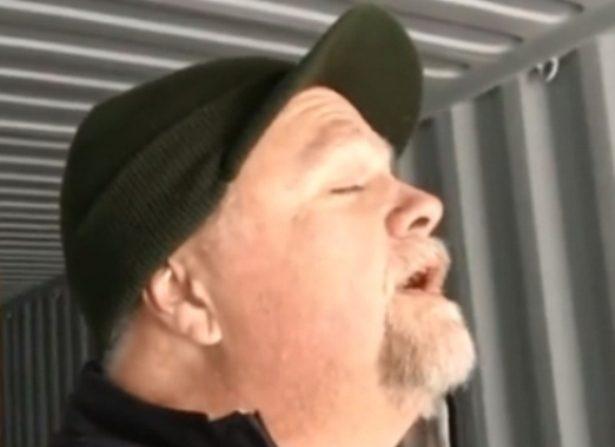 Canta épica versión del 'Ave María' en un contenedor vacío:  escucha el sobrecogedor canto