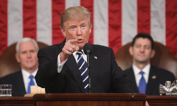 El presidente de Estados Unidos, Donald J. Trump, pronuncia su primer discurso en una sesión conjunta del Congreso desde la Cámara de Representantes en Washington, DC, el 28 de febrero de 2017. El 30 de enero de 2018, Trump pronunciará su primer discurso sobre el Estado de la Unión. (JIM LO SCALZO/AFP/Getty Images)