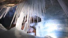 Hombre descubrió oscura cueva en Austria, dentro hay 'un mundo de gigantes de hielo'