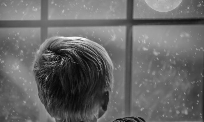 Esta foto de un niño mirando hacia una noche oscura está simbólicamente relacionada con la historia. (Pixabay/CCO)