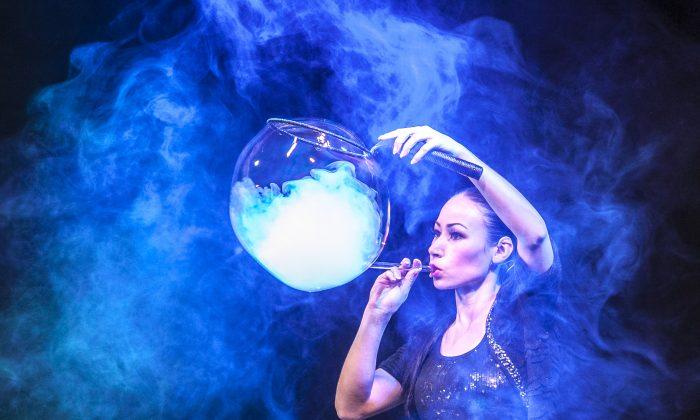 Melody Yang actúa en el espectáculo Gazillion Bubble en New World Stages en Nueva York, 22 de marzo de 2014. (Samira Bouaou/La Gran Época)