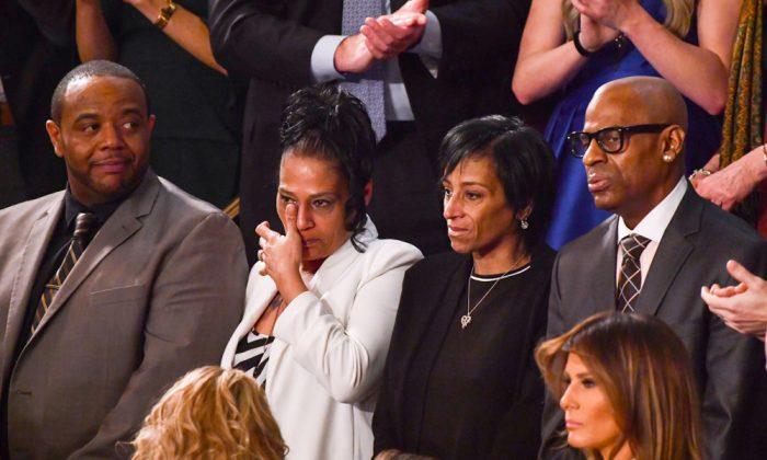 (De Iz. a Der.) Robert Mickens, Elizabeth Alvarado, Evelyn Rodriguez y Freddy Cuevas -padres de las niñas adolescentes asesinadas- son presentados durante el discurso sobre el Estado de la Unión en el Capitolio de los EE. UU., el 30 de enero de 2018. (Crédito de NICHOLAS KAMM / AFP / Getty Images)